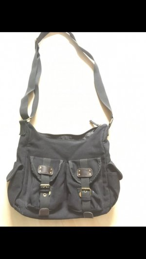 Schwarze Handtasche.