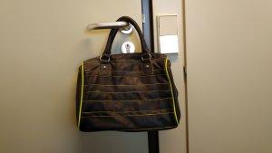 Schwarze Handtasche mit gelben Neonstreifen