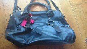Schwarze Handtasche mit langem Trageriemen