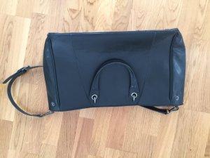 Schwarze Handtasche mit rotem Futter
