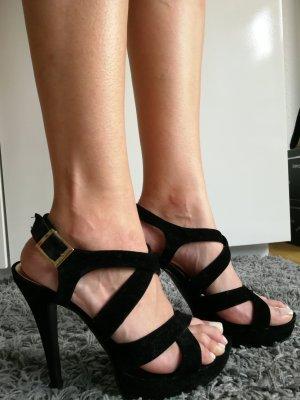 schwarze Heels im Wildledermaterial