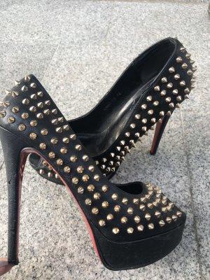 Schwarze heels mit goldenen nieten