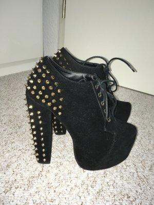 Schwarze High Heels mit goldenen Nieten