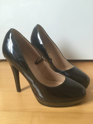 Schwarze Highheels in Lackoptik