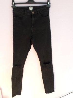 Schwarze highwaist Jeans mit Rissen von Asos