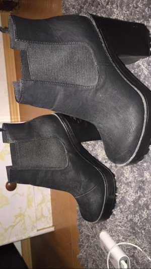 Schwarze Hohe Boots.