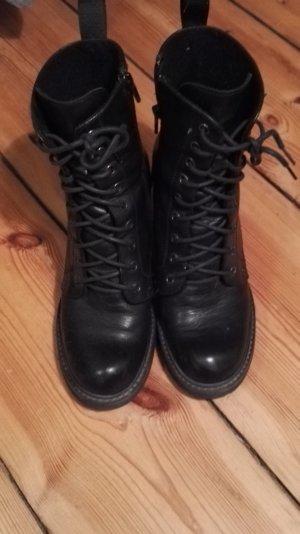 Schwarze hohe Schnürschuhe