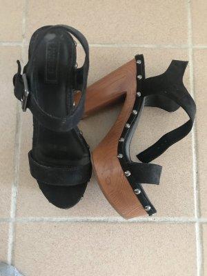 Schwarze hohe Schuhe mit silbernen Details
