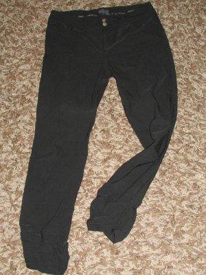 Schwarze Hose grad geschnitten