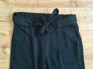 Schwarze Hose mit Bindegürtel
