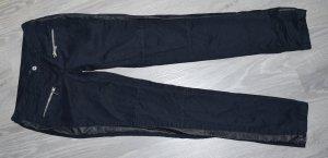 schwarze Hose mit Kunstlederstreifen, Röhrenhöse, Gr. 36