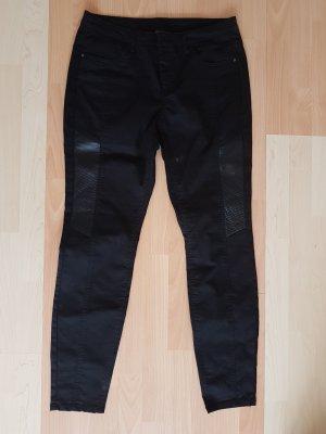Schwarze Hose mit Lederstreifen
