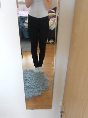 Schwarze Hose mit seitlichem Reißverschluss