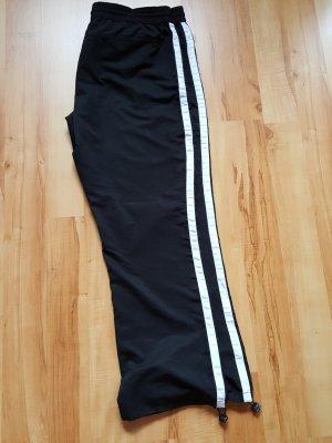 Schwarze Hose mit weißem Gallonstreifen