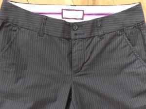 schwarze Hose mit weißen Nadelstreifen von Esprit