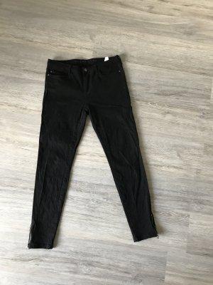 Schwarze Hose von KIOMI mit Reisverschluss am Knöchel