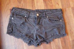 schwarze Hotpants im Used-Look