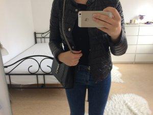 Schwarze in Linien gesteppte kurze Jacke mit silbernen Verschlüssen /Sommerjacke/Winterjacke