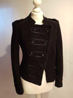Schwarze Jacke mit asymmetrischen Reißverschluss
