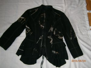 Schwarze Jacke mit besonderen Details