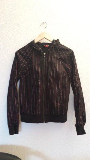 Schwarze Jacke mit dünnen roten Streifen mit Kapuze in Größe 36 von H&M