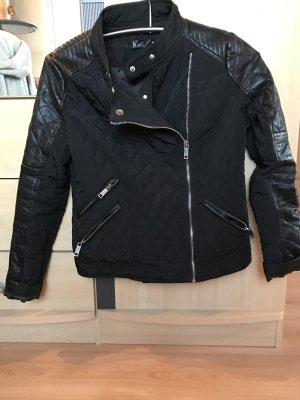 Schwarze Jacke mit Ledereinsatz
