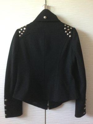 Schwarze Jacke mit Nieten