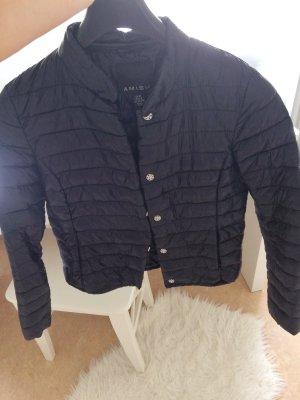 Schwarze Jacke mit silbernen Details