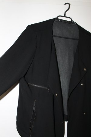 Schwarze Jacke mit transparentem Rücken