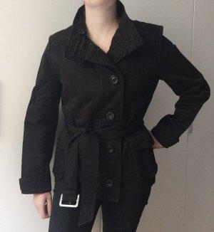 Schwarze Jacke mit wattiertem Innenfutter (herausnehmbar) und Gürtel