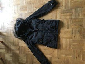 Schwarze Jacke von Tom Tailor. Winterjacke mit Kaputze und Fell