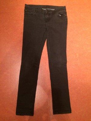 Schwarze Jeans.