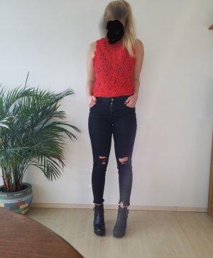 schwarze Jeans im Used Look mit Löchern an den Knien von Zara