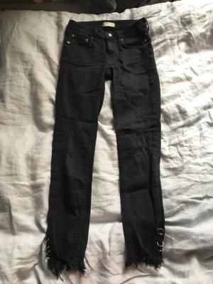 Schwarze Jeans lange Hose Nieten Ringe Röhre skinny eng knöchelfrei