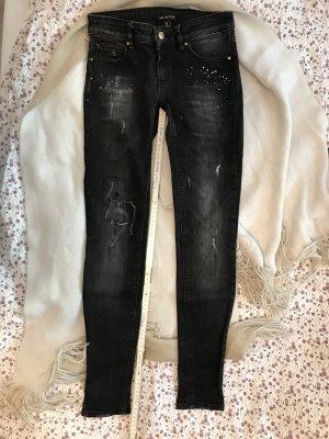 Schwarze Jeans mit Farbklecksen