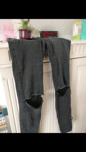 Schwarze Jeans mit Knie Schlitzen