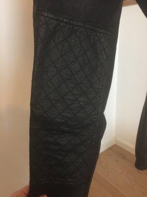 Schwarze Jeans mit Leder-Applikation