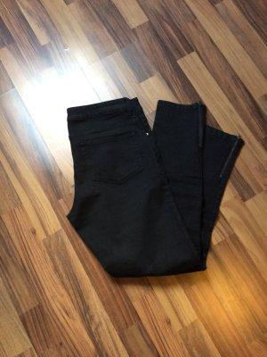 Schwarze Jeans mit Reisverschluss am Knöchel