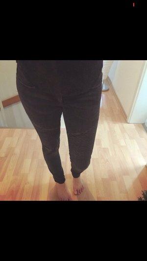 schwarze Jeans mit Riffeln