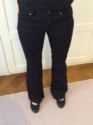 Schwarze Jeans mit Schlag