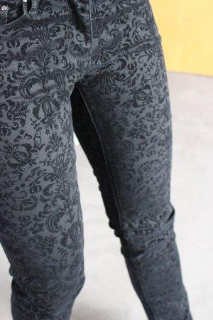 schwarze Jeans mit Stoffmuster