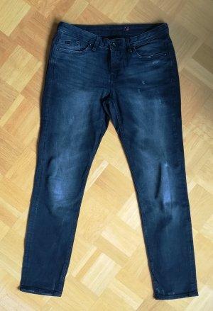 Schwarze Jeans mit Used-Details