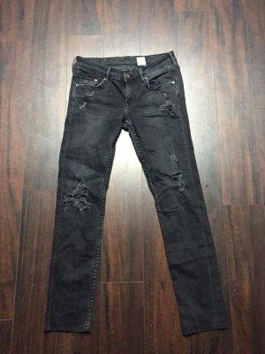 Schwarze Jeanshose mit Löchern