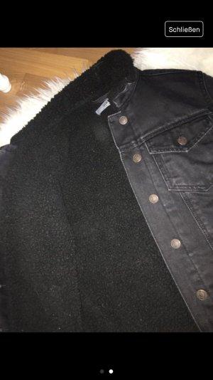 Schwarze Jeansjacke mit Fell
