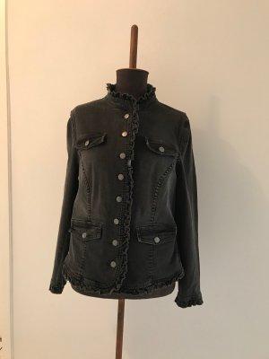 schwarze Jeansjacke mit Rüschenkragen
