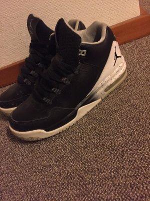 schwarze Jordans
