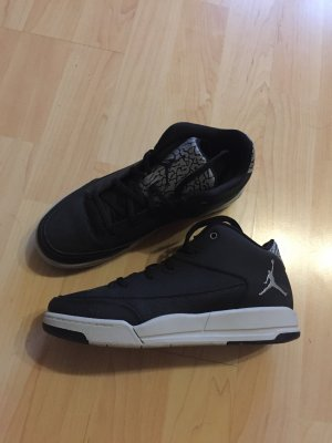 schwarze Jordans mit Muster