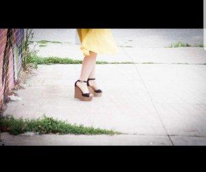 Schwarze Keilabsatz-Sandalen