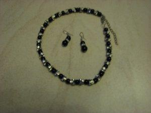 Schwarze Kette und Ohrringe mit Steinen