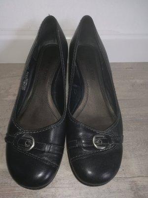 Schwarze klassische Damenschuhe aus Leder mit kleinen Schnallen verziert
